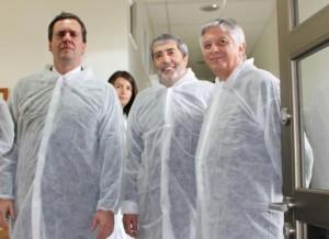 El senador Felipe Harboe, el director nacional INIA, Julio Kalazich y el ministro de Agricultura (s) Claudio Ternicier, momentos previos a la visita al Banco.